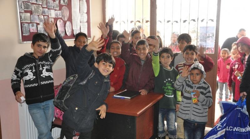 -ÇUKUROVA BELEDİYESİ'NDEN ALADAĞ'DA İLKÖĞRETİM ÖĞRENCİLERİNE GİYİM YARDIMI