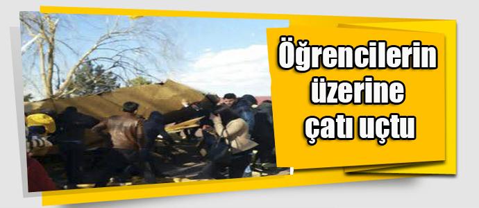 Kayseri'de öğrencilerin üzerine çatı uçtu