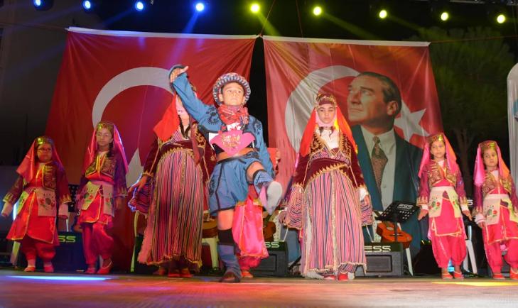-SÖKE'DEKİ YAZ OKULU KURSLARININ FİNAL GECESİ ŞÖLENE DÖNÜŞTÜ
